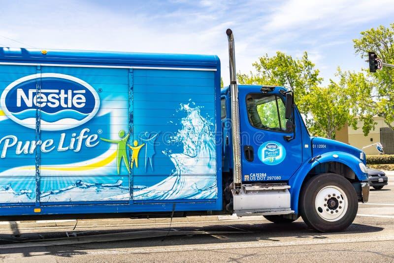 25 Ιουνίου 2019 Sunnyvale/ασβέστιο/ΗΠΑ - η Nestle μαρκάρισε το φορτηγό που ταξιδεύει μέσω μιας πόλης στην περιοχή κόλπων του νότι στοκ φωτογραφίες