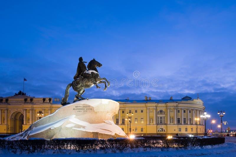 Ιππέας & x28 χαλκού Μνημείο στο Peter το Great& x29  στο τετράγωνο Συγκλήτου στη Αγία Πετρούπολη το χειμώνα στοκ εικόνες