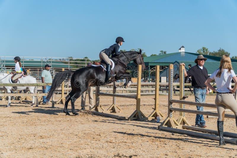 Ιππασία Γυναίκες Πηδώντας στην Αρένα του Showplace, Άνω Marlboro, Maryland στοκ φωτογραφίες με δικαίωμα ελεύθερης χρήσης