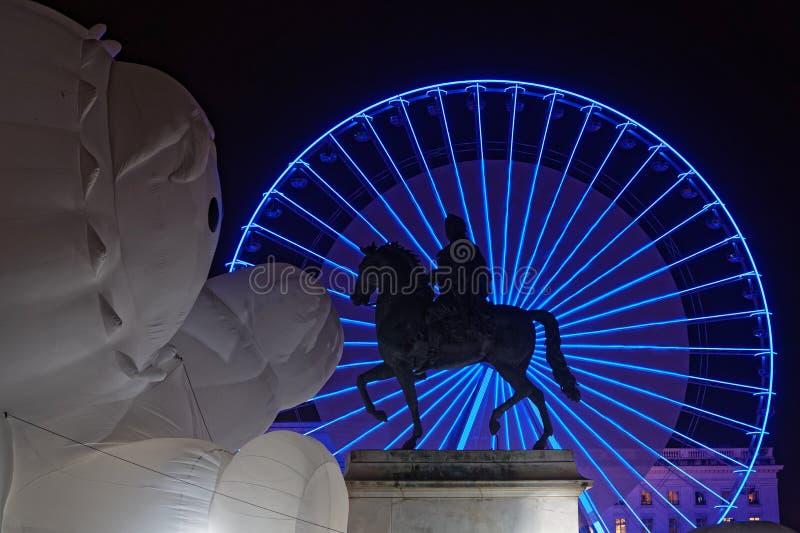 Ιππικό άγαλμα και μεγάλη μπλε ρόδα με έναν λευκό τεράστιο χαρακτήρα στοκ εικόνα με δικαίωμα ελεύθερης χρήσης