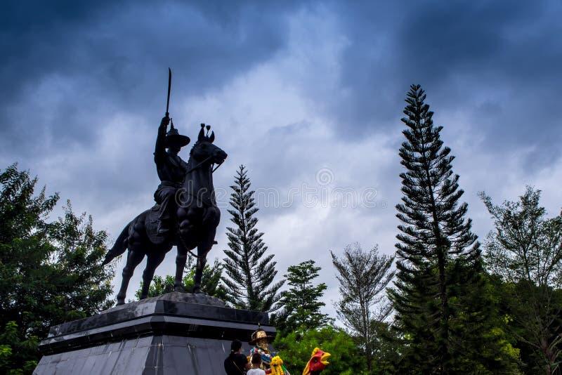 Ιππικό άγαλμα του βασιλιά που βρίσκεται στον υψηλό βωμό της λατρείας στοκ εικόνες