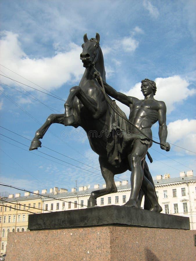 Ιππικό άγαλμα σε μια γέφυρα στη Αγία Πετρούπολη στοκ φωτογραφία με δικαίωμα ελεύθερης χρήσης