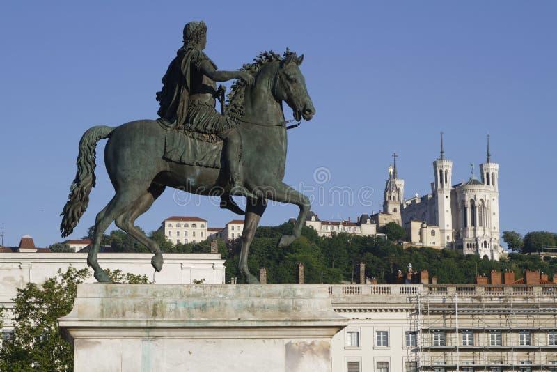 Ιππικό άγαλμα του Louis XIV και της βασιλικής Fourviere στοκ εικόνα με δικαίωμα ελεύθερης χρήσης