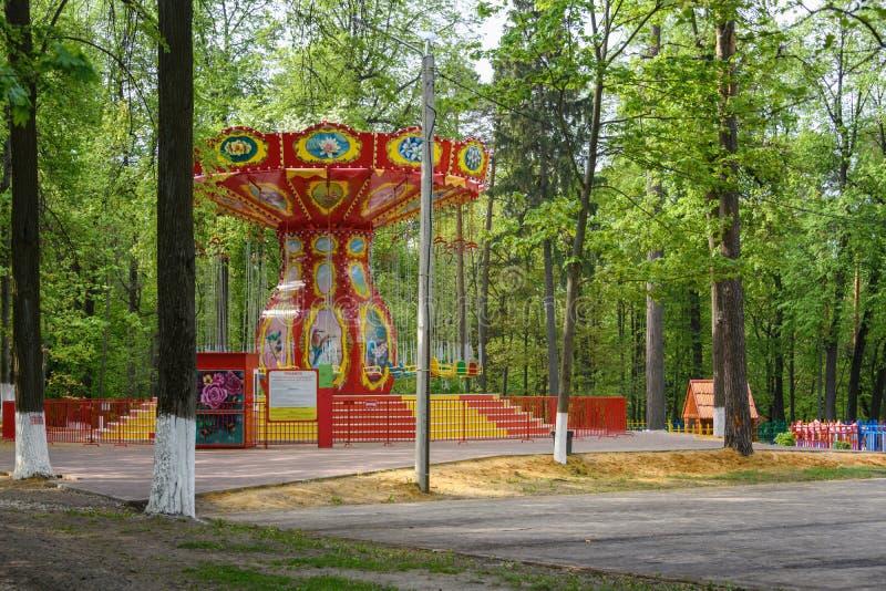 Ιπποδρόμιο έλξης παιδιών το καλοκαίρι στο πάρκο στοκ εικόνες