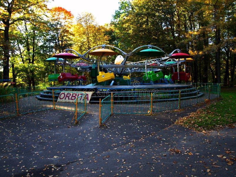 Ιπποδρόμιο σε ένα δρύινο πάρκο το φθινόπωρο στοκ εικόνες με δικαίωμα ελεύθερης χρήσης