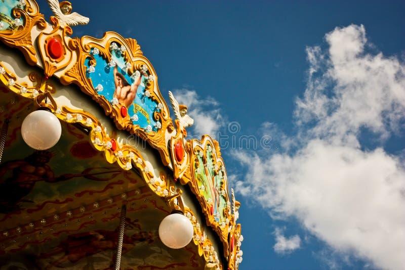 Ιπποδρόμιο στο πάρκο με το μπλε ουρανό στοκ εικόνα