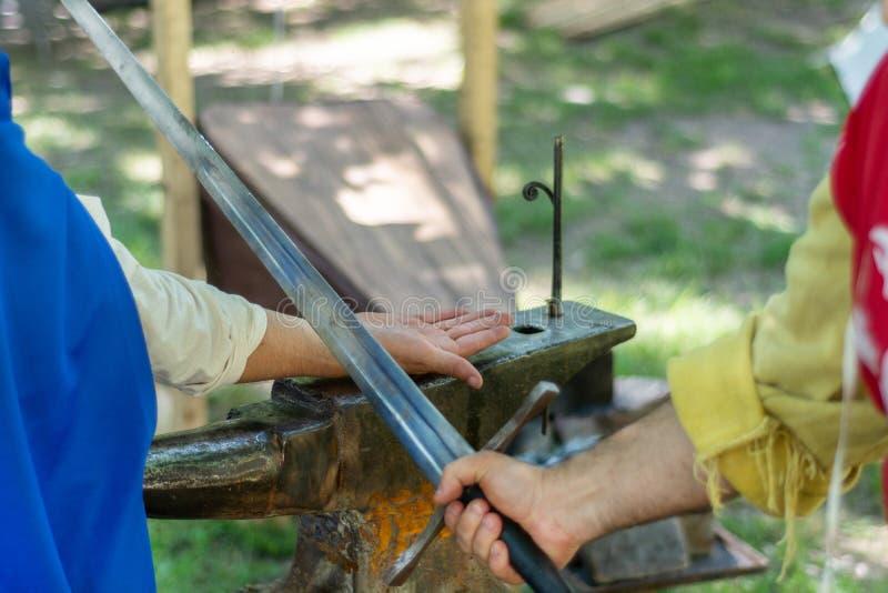 Ιππότης με ένα ξίφος που κόβει το χέρι του κλέφτη στοκ φωτογραφίες με δικαίωμα ελεύθερης χρήσης