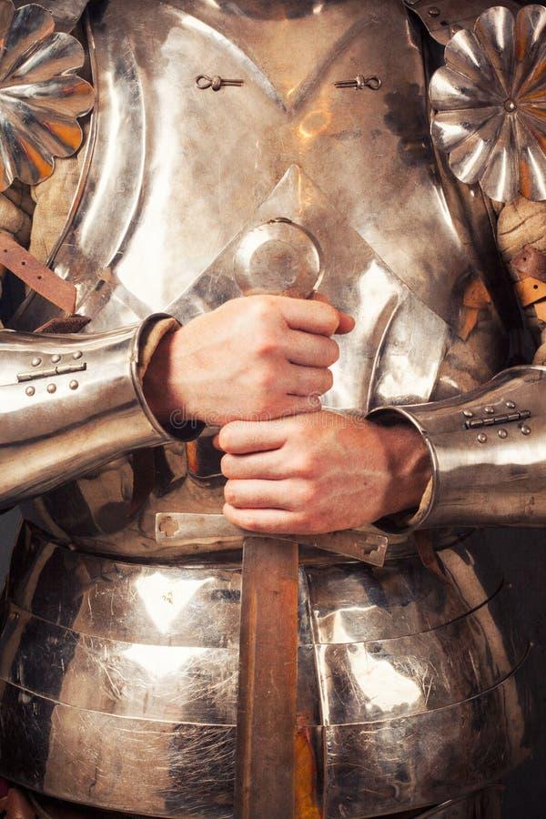 Ιππότης που φορά το τεθωρακισμένο στοκ φωτογραφία