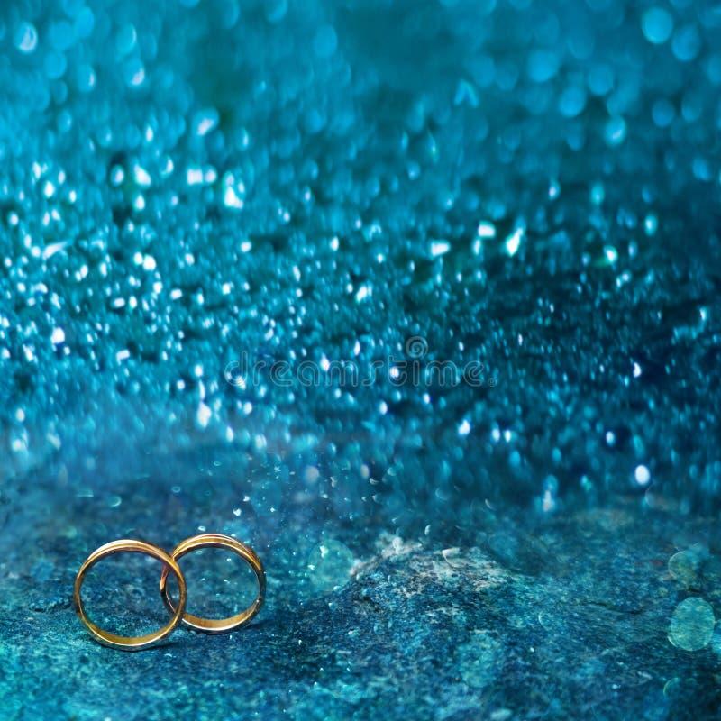Ιπτάμενο ή έμβλημα Ιστού με δύο γαμήλια χρυσά δαχτυλίδια στοκ φωτογραφία με δικαίωμα ελεύθερης χρήσης