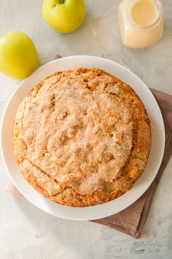 Ιρλανδική πίτα μήλων σε ένα άσπρο πιάτο με τη σάλτσα κρέμας βανίλιας Fes στοκ εικόνες