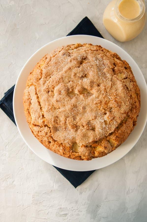 Ιρλανδική πίτα μήλων σε ένα άσπρο πιάτο με τη σάλτσα κρέμας βανίλιας Fes στοκ φωτογραφία με δικαίωμα ελεύθερης χρήσης