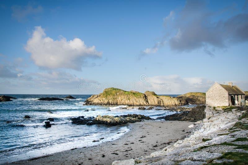 Ιρλανδικό εξοχικό σπίτι παραλιών στοκ εικόνα με δικαίωμα ελεύθερης χρήσης