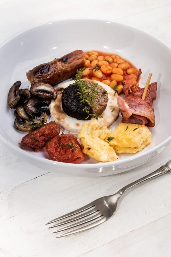 Ιρλανδικό πρόγευμα, που εξυπηρετείται σε ένα άσπρο πιάτο στοκ φωτογραφία