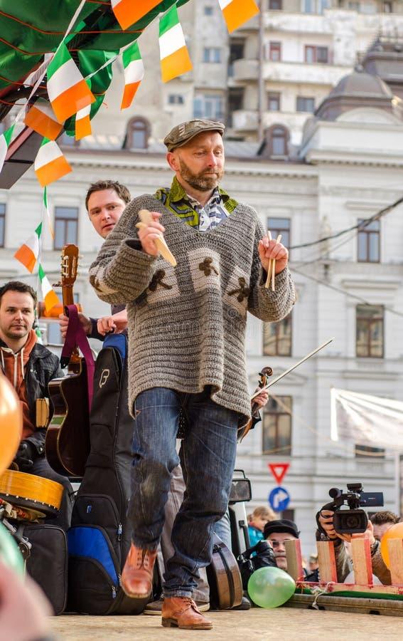 Ιρλανδικός καλλιτέχνης την ώρα της παράστασης σε Άγιο Πάτρικ Day στοκ εικόνες