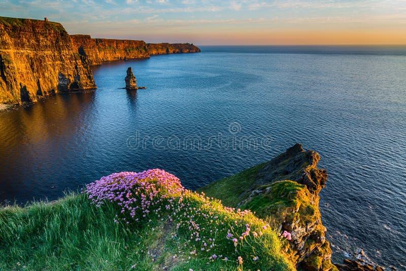Ιρλανδικό παγκοσμίως διάσημο τουριστικό αξιοθέατο της Ιρλανδίας στη κομητεία Clare Οι απότομοι βράχοι της δυτικής ακτής Moher της στοκ εικόνα