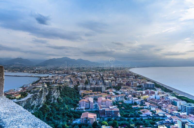 Ισθμός της πόλης του milazzo από την κορυφή των υπερασπίσεων του τ στοκ εικόνες με δικαίωμα ελεύθερης χρήσης
