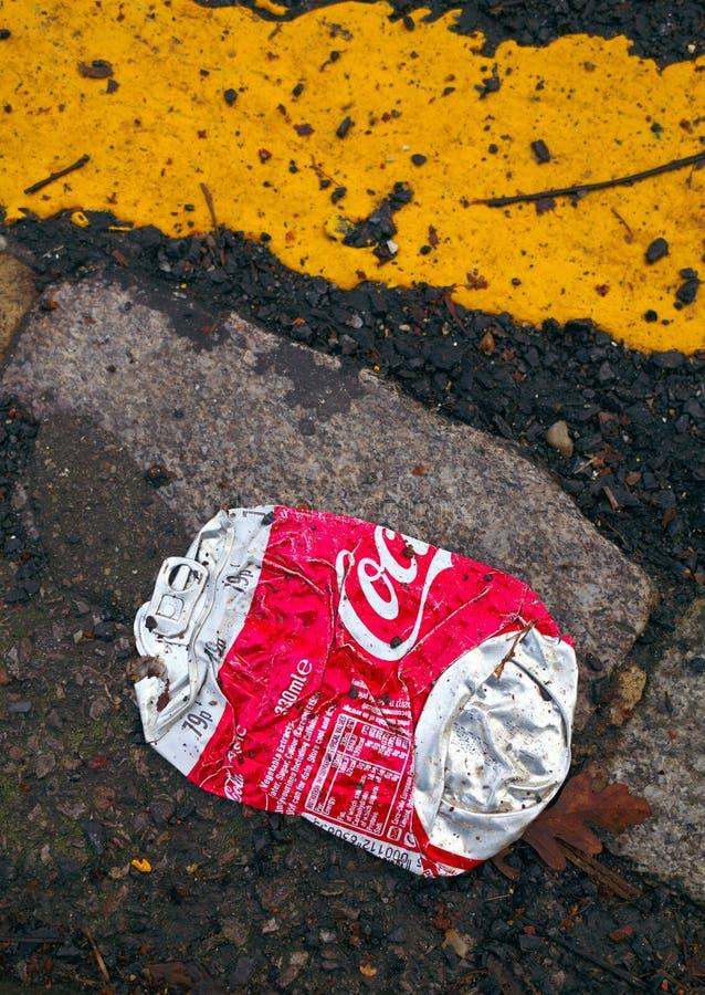 Ισιωμένος μπορέστε του κόκα κόλα που απορρίπτεται από την πλευρά του δρόμου στοκ φωτογραφίες με δικαίωμα ελεύθερης χρήσης