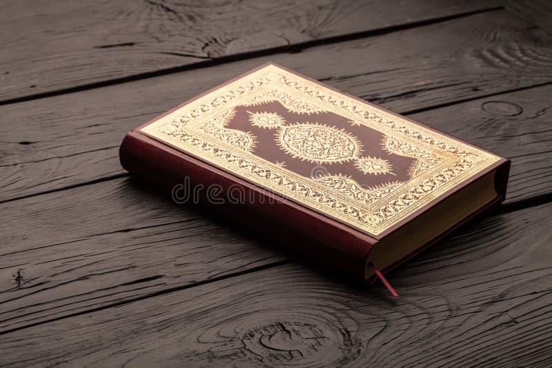 Ισλαμικό βιβλίο Koran με rosary στο γκρίζο υπόβαθρο στοκ εικόνα με δικαίωμα ελεύθερης χρήσης