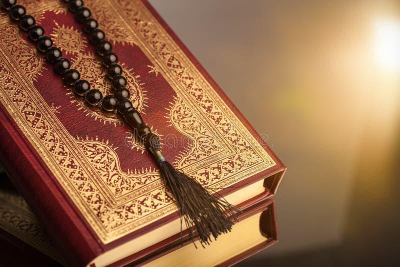 Ισλαμικό βιβλίο Koran με rosary στο γκρίζο υπόβαθρο στοκ φωτογραφία με δικαίωμα ελεύθερης χρήσης