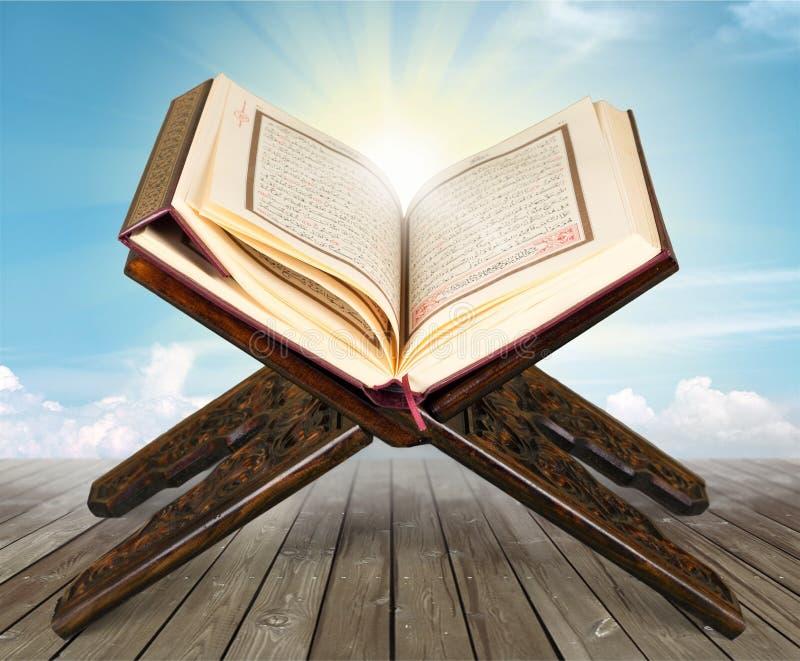 Ισλαμικό βιβλίο Koran με rosary στο γκρίζο υπόβαθρο στοκ εικόνες