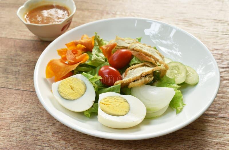 Ισλαμικό λαχανικό σαλάτας και βρασμένο αυγό που ολοκληρώνουν τριζάτο τηγανισμένο taro που ντύνει τα γλυκά halal τρόφιμα σάλτσας φ στοκ φωτογραφίες με δικαίωμα ελεύθερης χρήσης