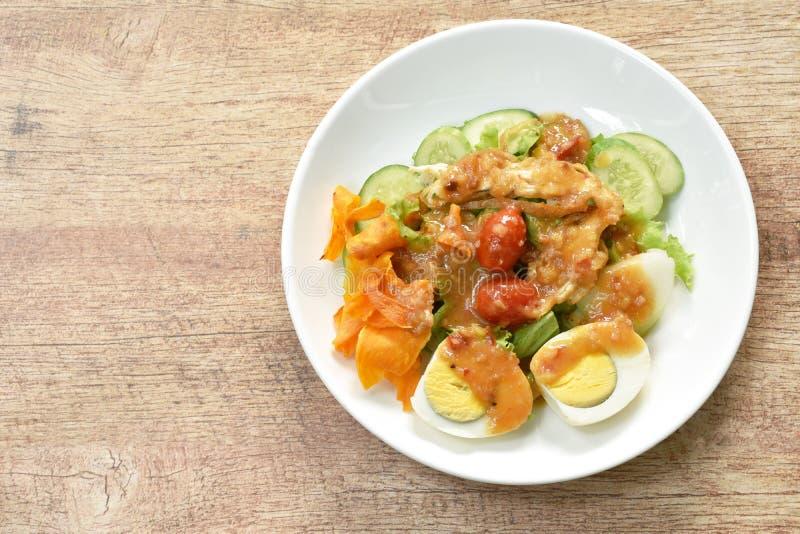 Ισλαμικό λαχανικό σαλάτας και βρασμένο αυγό που ολοκληρώνουν τριζάτο τηγανισμένο taro που ντύνει τα γλυκά halal τρόφιμα σάλτσας φ στοκ εικόνες με δικαίωμα ελεύθερης χρήσης