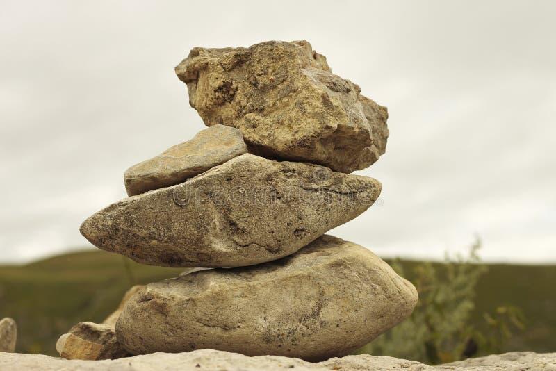Ισορροπημένες πέτρες στο αλπικό λιβάδι κοντά στα βουνά Καύκασου στοκ εικόνα