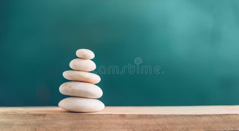 Ισορροπημένες πέτρες στο ξύλο στοκ φωτογραφία με δικαίωμα ελεύθερης χρήσης