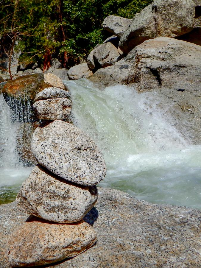 Ισορροπημένοι βράχοι στο εθνικό πάρκο Yosemite στοκ εικόνες