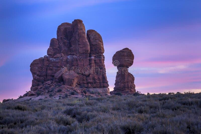 Ισορροπημένος βράχος στο ηλιοβασίλεμα στοκ φωτογραφία με δικαίωμα ελεύθερης χρήσης