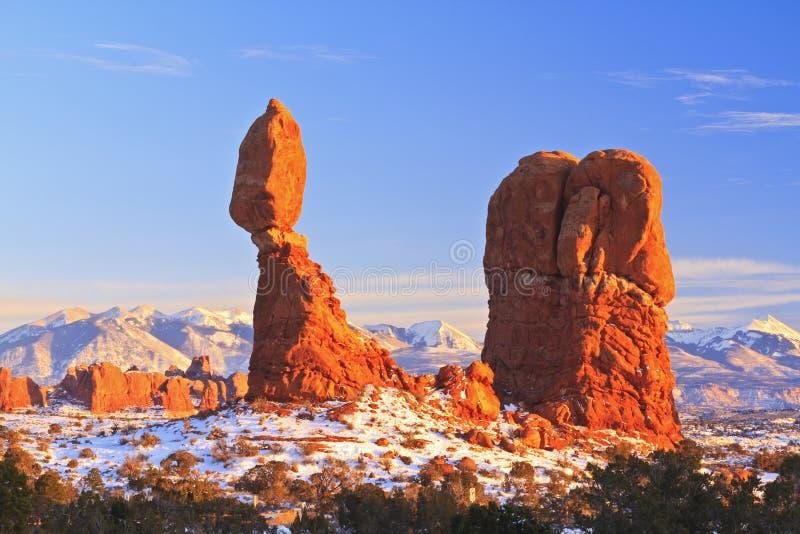 Ισορροπημένος βράχος το χειμώνα στοκ φωτογραφίες
