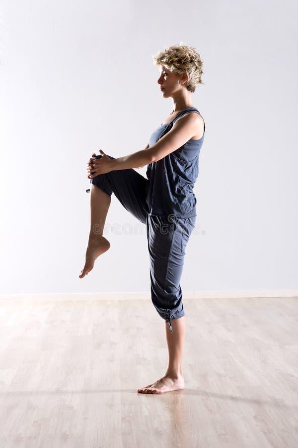 Ισορροπημένο γόνατο εκμετάλλευσης γυναικών επάνω στοκ φωτογραφία με δικαίωμα ελεύθερης χρήσης