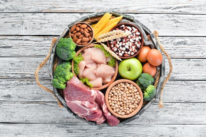 Ισορροπημένο διατροφικό φόντο Κρέας, κοτόπουλο φιλέτο, μπρόκολο, φασόλια, τυρί, αυγά, σίτος στοκ φωτογραφία με δικαίωμα ελεύθερης χρήσης