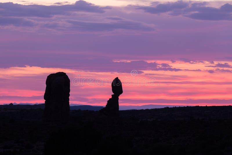 Ισορροπημένο ηλιοβασίλεμα βράχου στοκ εικόνες