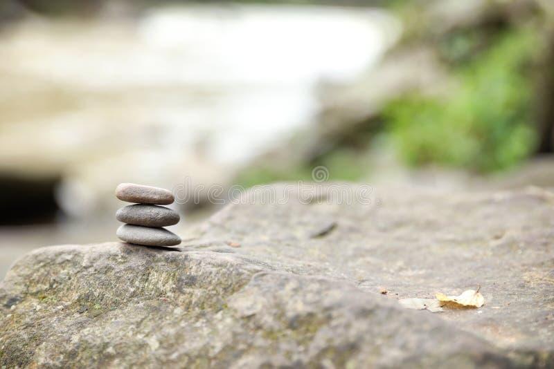 Ισορροπώντας zen πέτρες χαλικιών υπαίθρια στοκ εικόνες