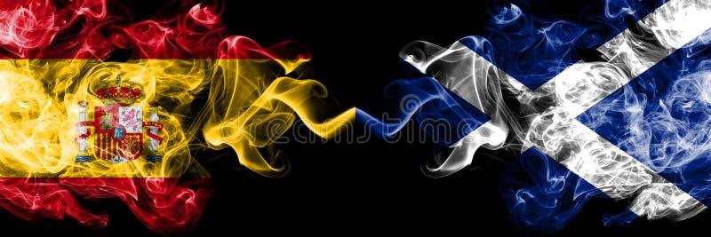 Ισπανία εναντίον της Σκωτίας, σκωτσέζικες καπνώείς απόκρυφες σημαίες που τοποθετούνται δίπλα-δίπλα Πυκνά χρωματισμένη μεταξωτή ση στοκ εικόνες