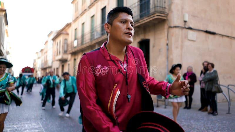 ΙΣΠΑΝΙΑ, ΒΑΡΚΕΛΩΝΗ 13 ΑΠΡΙΛΊΟΥ 2019: Ζωηρόχρωμες διακοπές στα κοστούμια στις οδούς της Ισπανίας Τέχνη Όμορφος εορτασμός με το χορ στοκ φωτογραφία με δικαίωμα ελεύθερης χρήσης