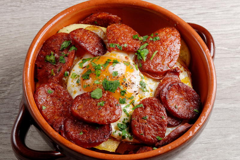 Ισπανικά tapas με τις πατάτες και Chorizo στοκ φωτογραφίες με δικαίωμα ελεύθερης χρήσης