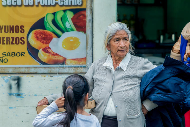 Ισπανική γιαγιά που αγοράζει μια πίτσα για την εγγονή της στοκ εικόνες