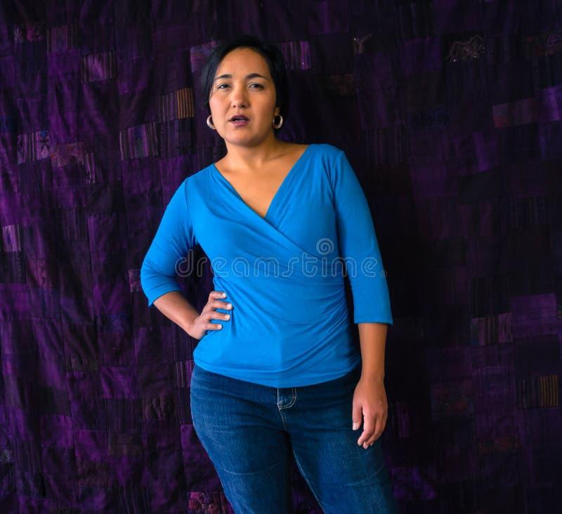 Ισπανική γυναίκα με την τοποθέτηση στοκ φωτογραφίες με δικαίωμα ελεύθερης χρήσης