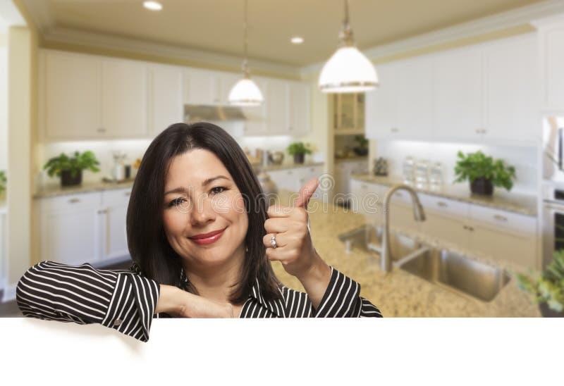 Ισπανική γυναίκα με τους αντίχειρες επάνω στην όμορφη κουζίνα συνήθειας στοκ φωτογραφίες