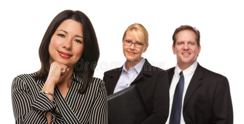 Ισπανική γυναίκα μπροστά από Businesspeople στο λευκό στοκ φωτογραφία