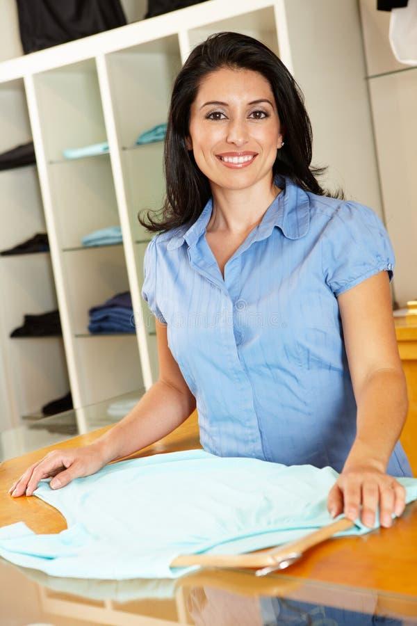 Ισπανική γυναίκα που εργάζεται στο κατάστημα μόδας στοκ εικόνες