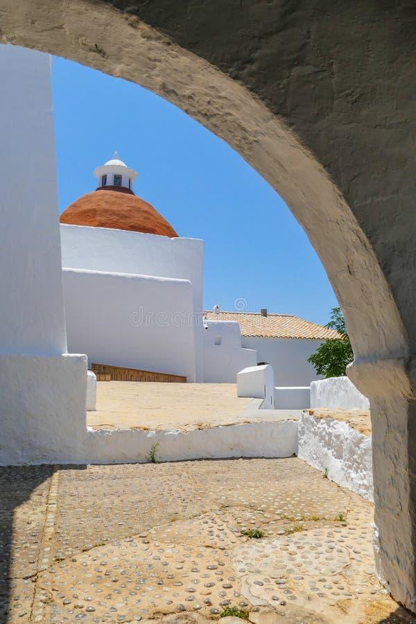Ισπανική εκκλησία μέσω μιας αψίδας στοκ φωτογραφία