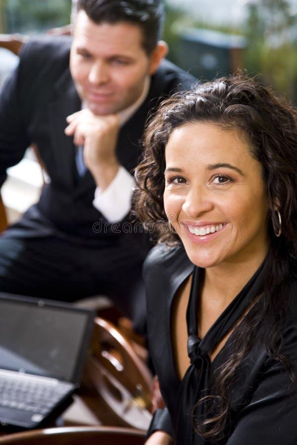 Ισπανική επιχειρηματίας και αρσενικός συνάδελφος στην αρχή στοκ φωτογραφία με δικαίωμα ελεύθερης χρήσης
