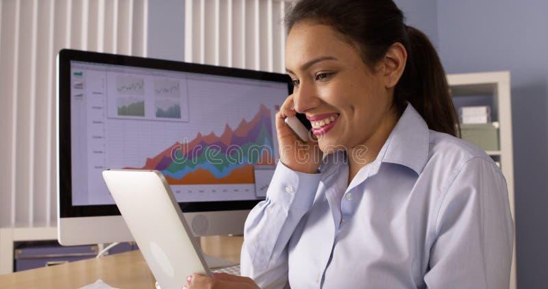 Ισπανική επιχειρηματίας που εργάζεται στο γραφείο στοκ εικόνα
