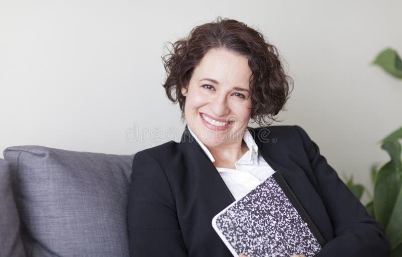 Ισπανική επιχειρηματίας που χαμογελά στη κάμερα στο γραφείο στοκ φωτογραφίες με δικαίωμα ελεύθερης χρήσης