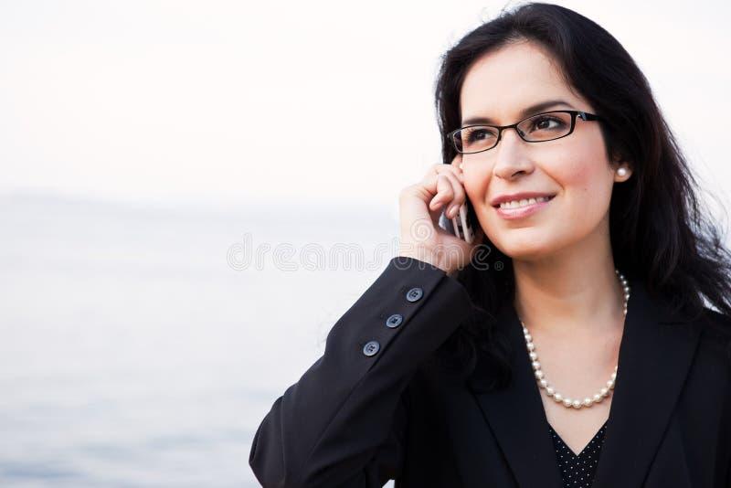 Ισπανική επιχειρηματίας στο τηλέφωνο στοκ φωτογραφίες με δικαίωμα ελεύθερης χρήσης