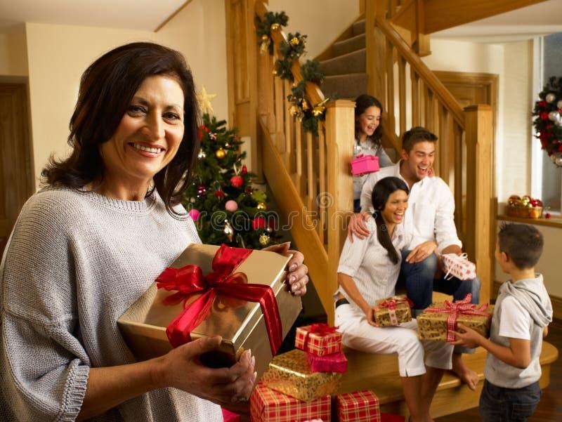 Ισπανική οικογένεια που ανταλλάσσει τα δώρα στα Χριστούγεννα στοκ εικόνα
