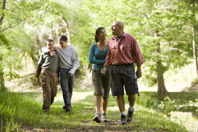 Ισπανική οικογένεια που περπατά κατά μήκος του ίχνους στο πάρκο στοκ εικόνες με δικαίωμα ελεύθερης χρήσης